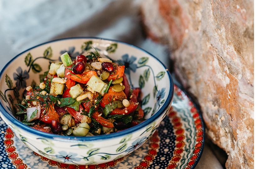 Салат из свежих овощей с орехами