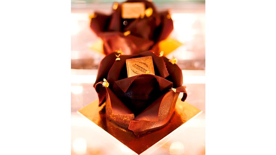 Роза, в чёрный шоколад одетая Сочетание насыщенного шоколадно-орехового бисквита u00abбраунизu00bb, ежевично-шоколадного муссаи прослойки жасминно-ежевичного желе ЦЕНА: 350 РУБЛЕЙ u00a0