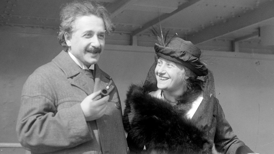 Альберт Эйнштейн   Переезд вБерлин стал поворотным пунктом вличной жизни Эйнштейна. Его немного замкнутая жена Милева так инесмогла привыкнуть кукладу жизни большого города. Ктомуже она была очень ревнива, и, надо сказать, унее были натооснования. Слабость Эйнштейна кюным девушкам была хорошо известна. Исего двоюродной сестрой Эльзой Левенталь, которая впоследствии станет его второй женой, уже втовремя ихсвязывало нечто большее, чем родственная привязанность. Некоторое время бедняжка Альберт так ижил— тосженой, тоссестрой.