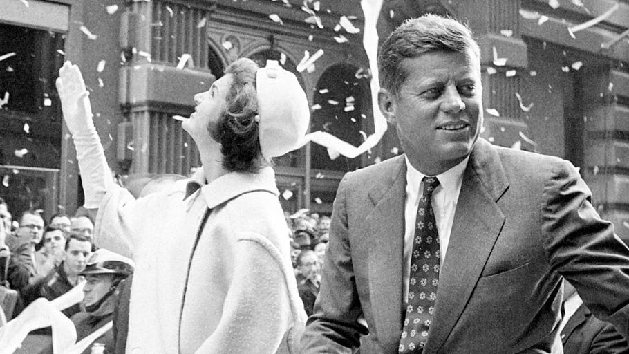 Джон Кеннеди   После смерти президента стали появляться женщины, утверждавшие, что были близки спервым лицом США. Социальное положение ипрофессии этих женщин были весьма разнообразными: кинозвезды истюардессы, секретарши, манекенщицы идомохозяйки. Несмотря наогромное количество любовных связей сженщинами, Кеннеди всегда старался избегать близкого эмоционального контакта сними идержал ихнаопределенном расстоянии отсебя. Онисам признал, что никогда нетерял голову впорыве страсти. Кеннеди объяснил это так: «Яотнюдь нетрагический любовник».