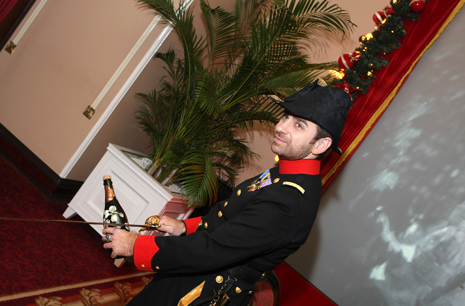 Традиция открывать шампанское саблей берет свое начало со времен Наполеона,