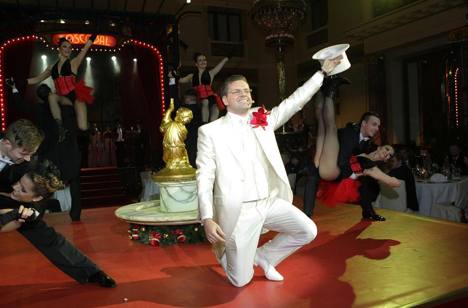 Константин Андрикопулос (Bosco di Ciliegi) органично смотрелся на фоне танцовшиц кабаре