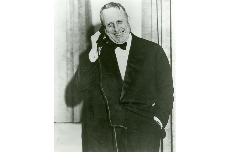 Уильям Херст   в1919 году медиа-магнат Уильям Херст, живший с1863 по1951год, купил большой участок земли между Лос-Анджелесом иСан-Франциско. Уильям говорил всем, что строит «бунгало», авитоге построил настоящий дворец, который стоил 20миллионов долларов. Вдоме— 56спален, 61ванная комната, 19гостиных, анатерритории усадьбы расположены— бассейны, кинотеатр, аэропорт исамый большой вмире частный зоопарк.