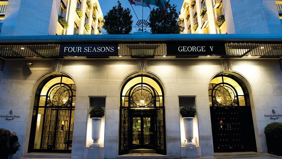 Отель Four Seasons George V расположен всего в нескольких шагах от Елисейских Полей