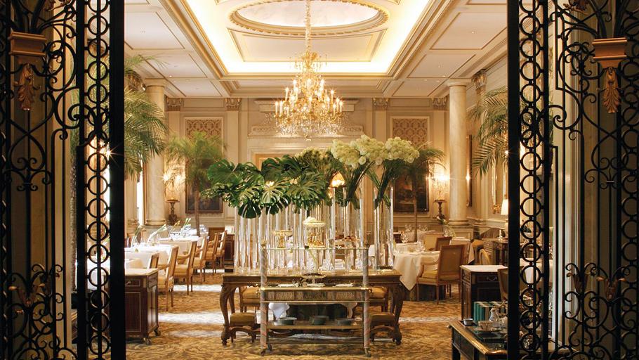 Ресторан Le Cinq в отеле Four Seasons George V по праву гордится своей французской кухней и, конечно же, прекрасной картой вин