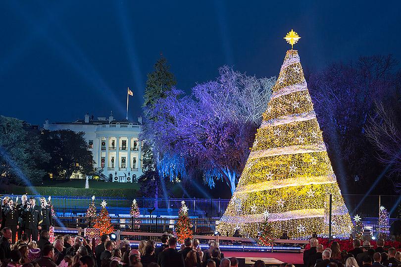 Рождество вБелом доме: Мелания Трамп украсила резиденцию изажгла праздничную иллюминацию