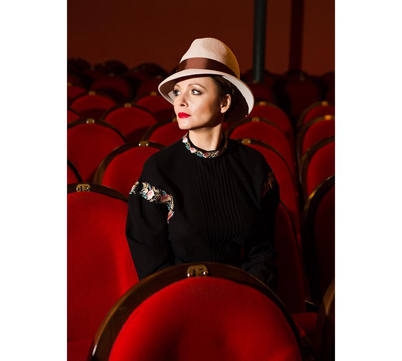 КиноТеатр: эксклюзивное интервью с актрисой театра и кино Дарьей Поверенновой. На Дарье: блузка Vilshenko, шляпа Lilia Fisher