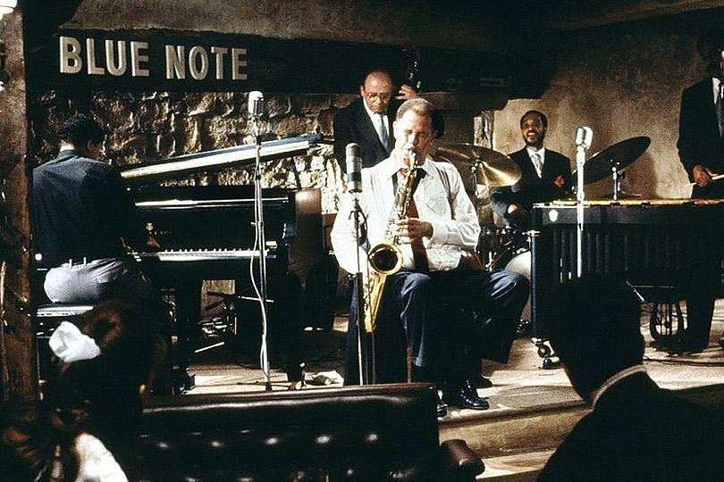 «Около полуночи» (Round Midnight), 1986 Режиссер — Бертран Тавернье. В ролях: Декстер Гордон, Франсуа Клюзе. Саундтрек — композиции и аранжировки Херби Хэнкока при участии крупнейших звезд современного джаза