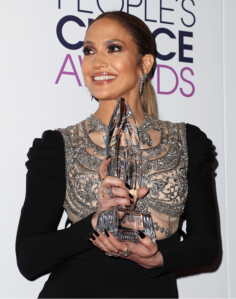 Star Look: Дженнифер Лопес вобразе femme fatale наPeople's Choice Award 2017