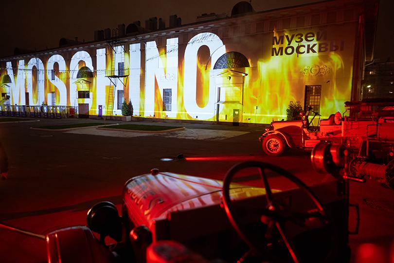 Style Notes: «огненный» показ Moschino в Музее Москвы
