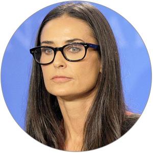 Деми Мур раньше редко носила очки напублике