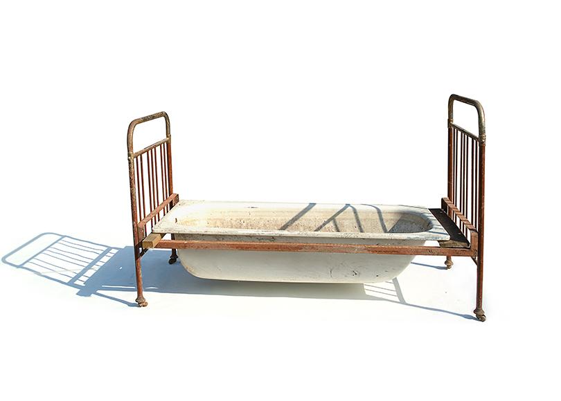 Триеннале российского современного искусства. Владимир Архипов. «Ванна-кровать Геннадия», 2001г.