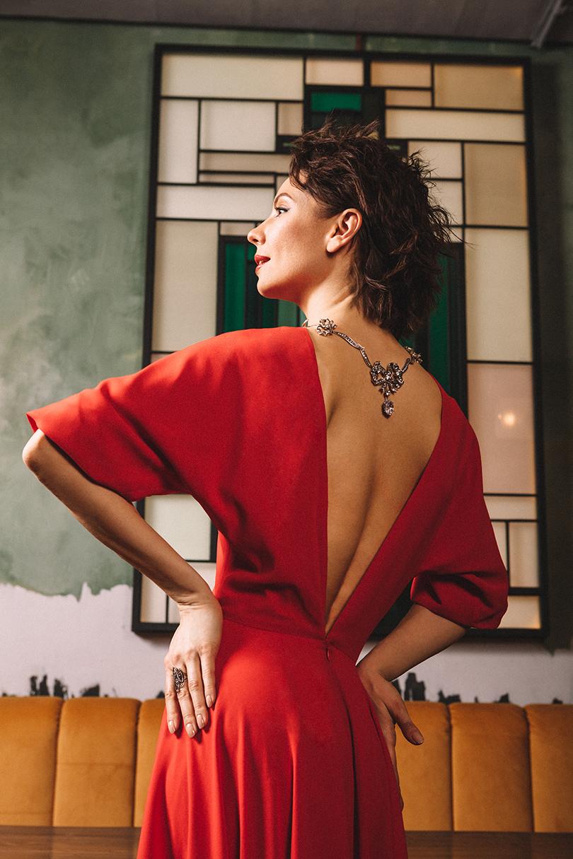 Платье изшелка ивискозы Laroom; колье изсеребра игорного хрусталя, кольцо изчерненого серебра сгранатами— Axenoff Jewellery