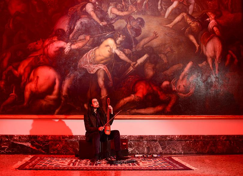 Всердце Милана, впалаццо Пинакотека Брера, водной изсамых известных галерей Европы, можно было наблюдать арт-перформанс, сопровождающий презентацию новой коллекции Trussardi: музыканты, лично отобранный дизайнером, исполняли одни итеже композиции вразных интерпретациях нафоне картины Андреа Мантенья иДжованни Беллини.