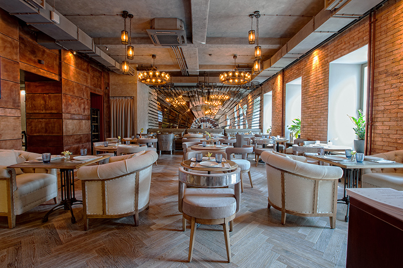 Ресторан «Медь» расположился надвух этажах старинного особняка, больше всего известного его переносом в30-х годах прошлого века