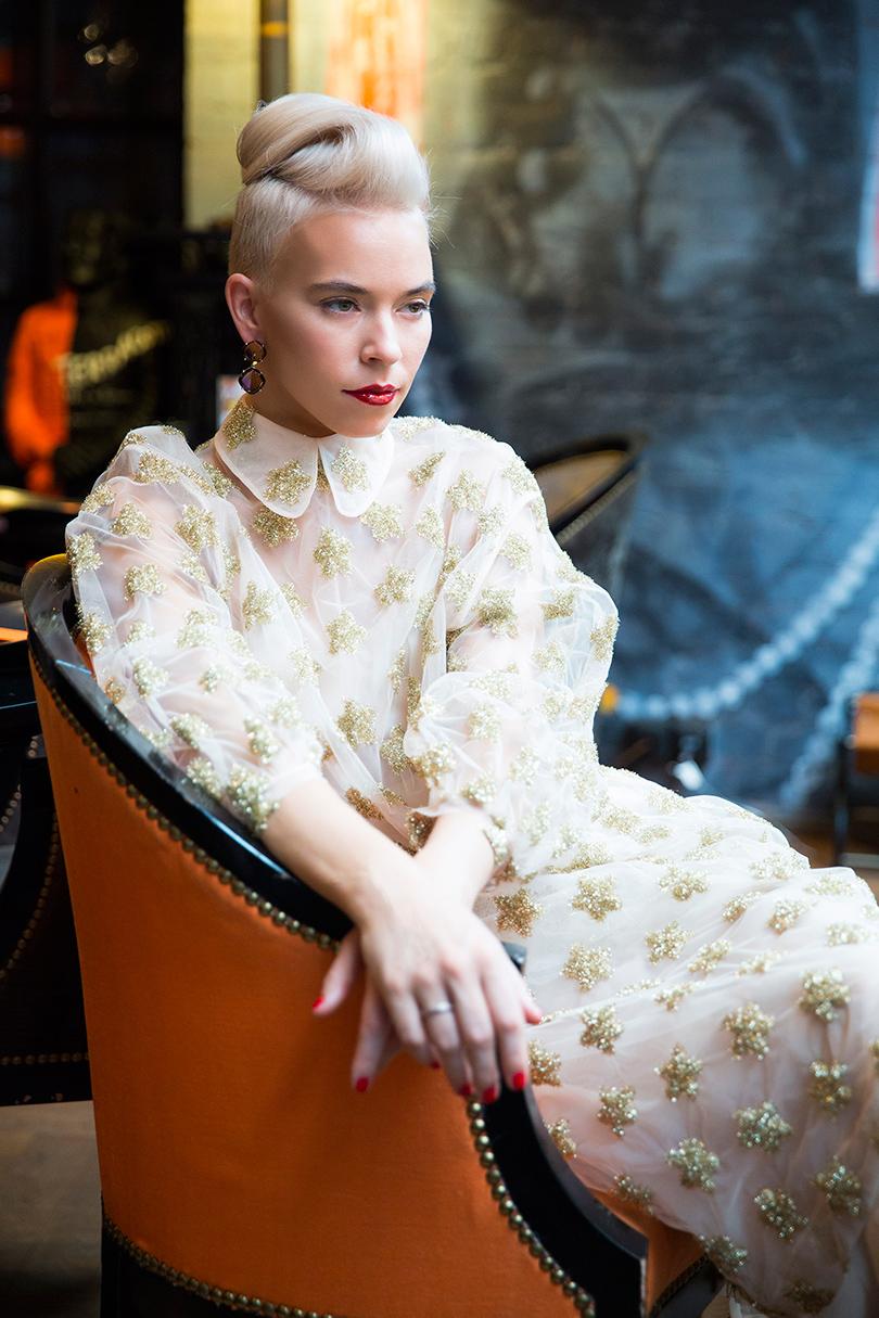 Платье изорганзы слюрексом Simone Rocha, серьги изсеребра стурмалином Joya Jewelry, кольцо изсеребра сцирконами Wanna?Be!