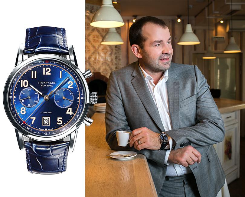 НаСергее: костюм Paul Smith, рубашка— собственность, часы Tiffany CT60 изнержавеющей стали сфункцией хронографа отTiffany &Co.