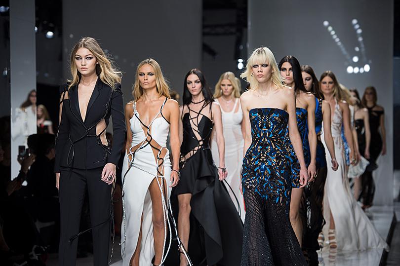 Джиджи Хадид, Наташа Поли, Мариякарла Босконо и другие модели. Неделя Haute Couture — из Парижа из первых уст: показ Atelier Versace
