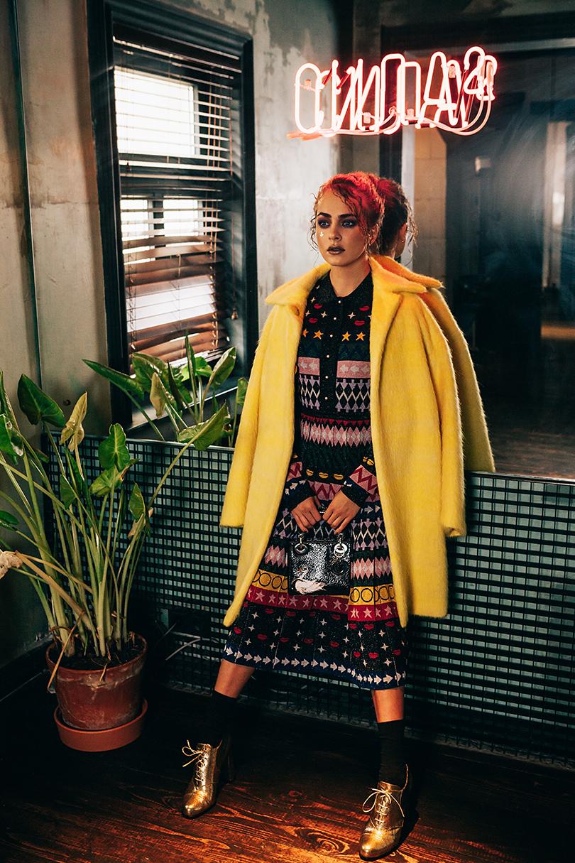 Шерстяное пальто сдобавлением мохера Sportmax, трикотажное платье слюрексом Mary Katrantzou, серьги изжелтого золота сбриллиантами Tiffany&Co., сумка излакированной кожи Dior, кожаные ботильоны Max Mara