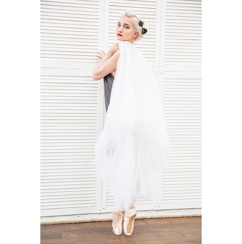 НаАлисе: шелковое платье скружевом Maison Esve, каффа избелого золота сбриллиантами, кольца изчерненого серебра сбриллиантами, J-Point Jewellery, юбка-шопенка— собственность балерины