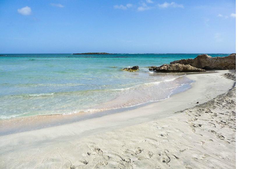 Уединенный пляж Elafonissi Beach в западной части Крита