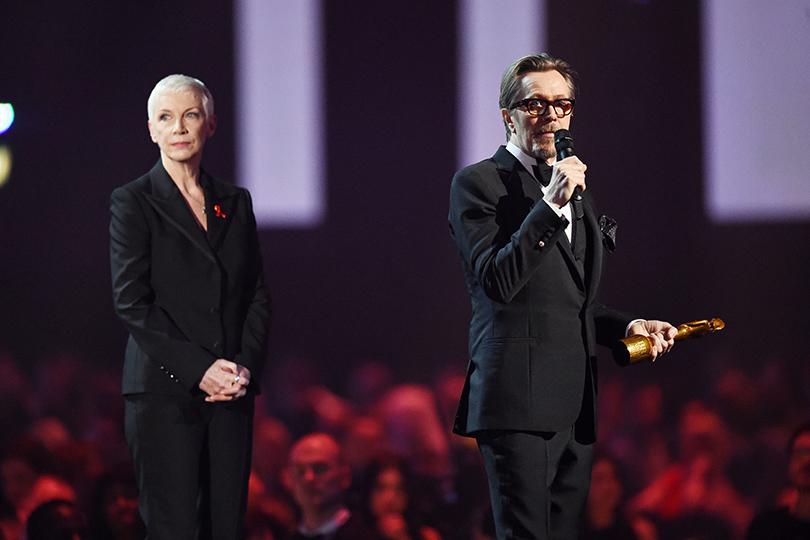 Неожиданные победители и стильные гости Brit Awards 2016: Анни Леннокс иГэри Олдман отдали дань Дэвиду Боуи