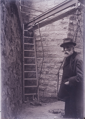 Антонио Гауди на стройке Саграды Фамилии. 1916