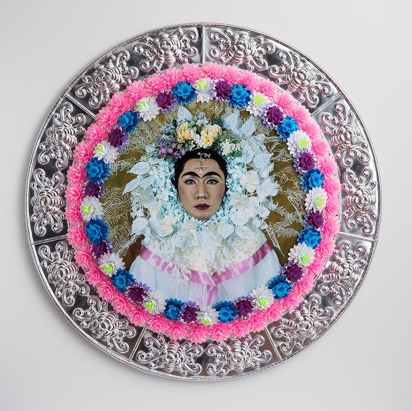 Ясумаса Моримура. «Внутренний диалог сФридой Кало: Венок ислезы (цветочное тондо)», 2001г.