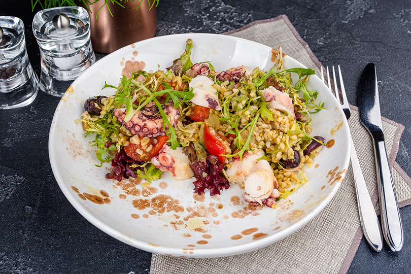 Дайджест: французское брассери, бар сосвежей рыбой ипоке идругие ресторанные открытия недели. Осьминог с булгуром, свежими овощами и травами