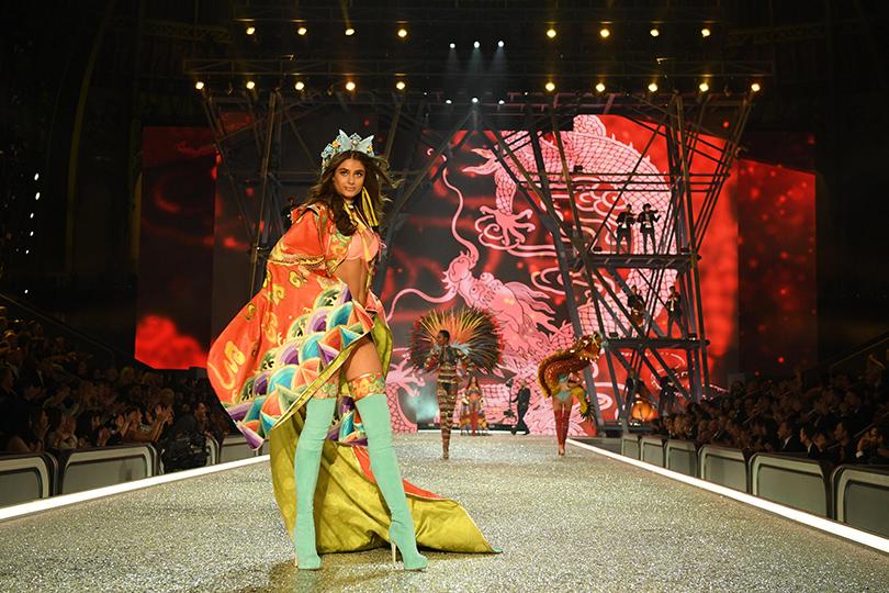 Style Notes: самые яркие моменты показа Victoria's Secret 2016. Тейлор Хилл