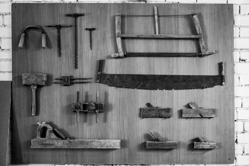 Эта инсталляция— архив старинных инструментов для обработки дерева