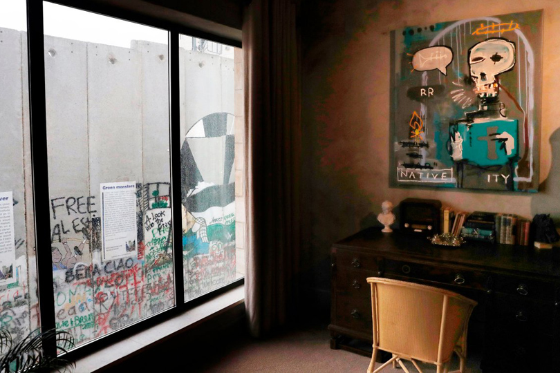 Как сделать модным отель сплохим видом изокон ипричем здесь Бэнкси.Walled Off Hotel
