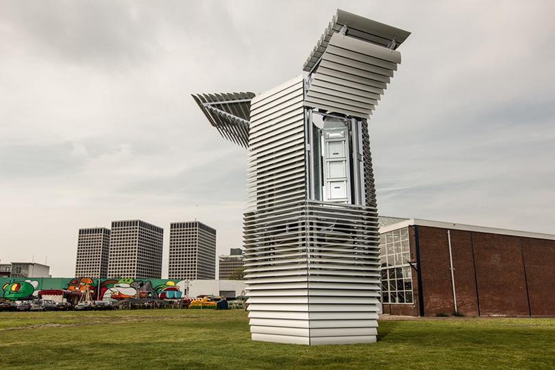 Водном изпарков Роттердама, например, установлена футуристическая конструкция Smog Free Tower, прозванная местными жителями «самым большим вмире пылесосом» иочищающая 30тысяч кубометров воздуха вчас, используя при этом небольше электричества, чем обычный чайник
