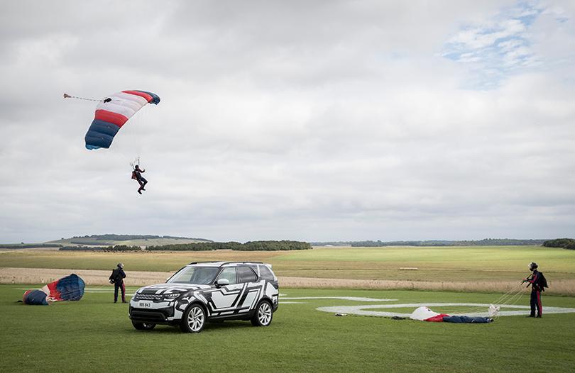 Авто: известный путешественник Беар Гриллс испытал новую технологию вJaguar Land Rover... вовремя прыжка спарашютом