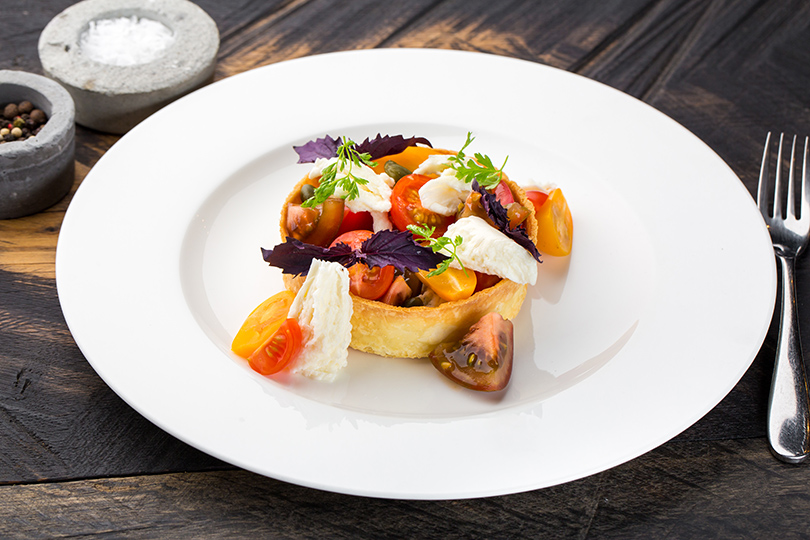 Сезонное меню в La Stanza bar. Тарталетка с моцареллой и томатами
