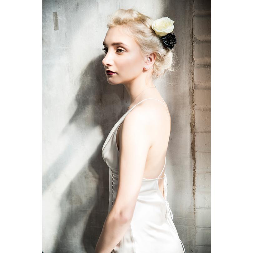 НаАлисе: шелковое платье Maison Esve, каффа избелого золота сбриллиантами J-Point Jewellery