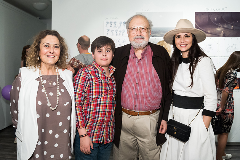 Гости выставки «Аниматоры. Жизнь за кадром» в ММОМА: Рустам и Фатима Ибрагимбековы с семьей