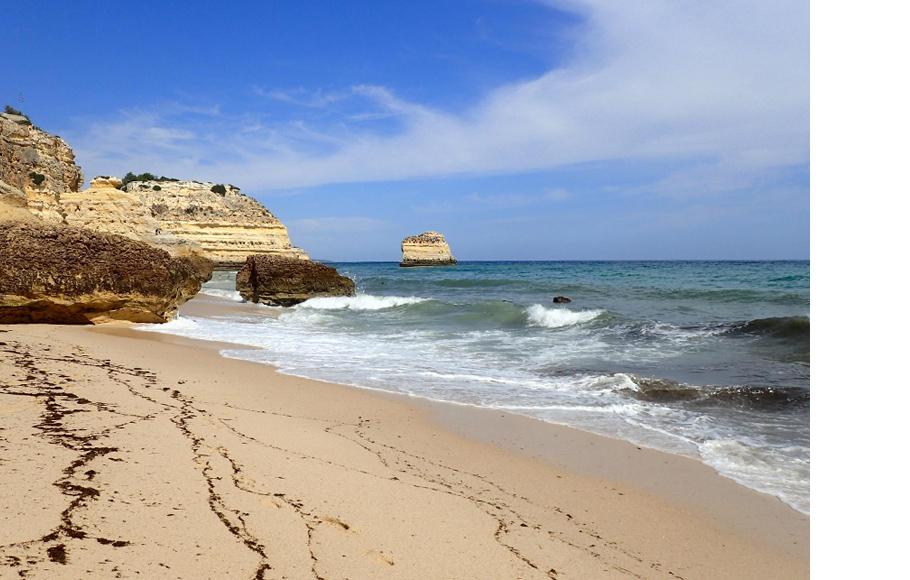 Португальский Praia da Marinha, расположенного на южном побережье страны