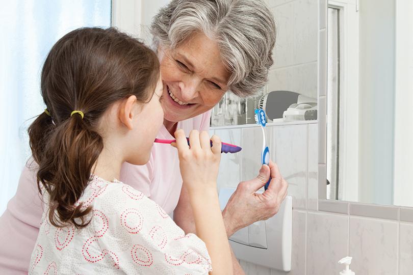 Докакого возраста родители должны помогать ребенку чистить зубы?