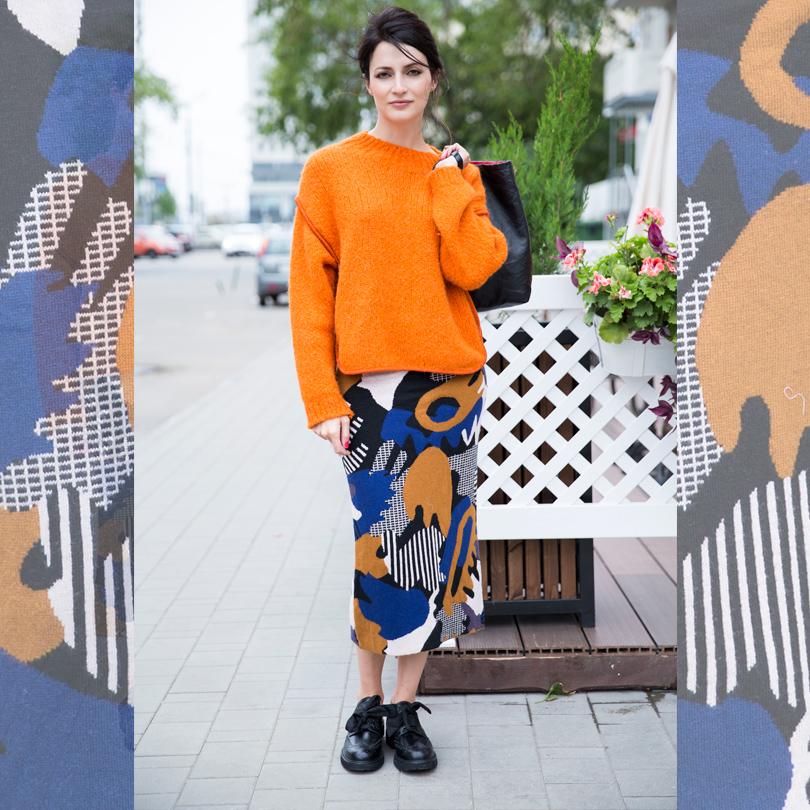 Шерстяной свитер Sportmax, трикотажная юбка Monki, ботинки икожаная сумка Prada