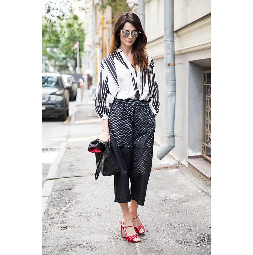 Шелковая блузка Trussardi Jeans, кюлоты изперфорированной хлопковой ткани N21, кожаная сумка Prada, кожаные туфли MiuMiu