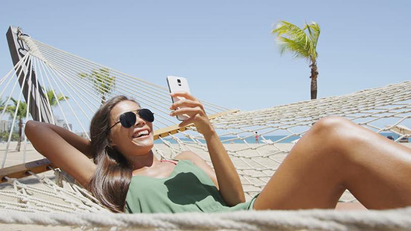 Health & Beauty: как правильно загорать на пляже? Минимизируйте отношения ссмартфоном
