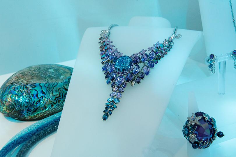 Коллекция Sea Of Sparkle от Swarovski: ожерелье и коктейльное кольцо Euphory с кристаллами цвета Amethyst, Emerald и Siam на металлической основе
