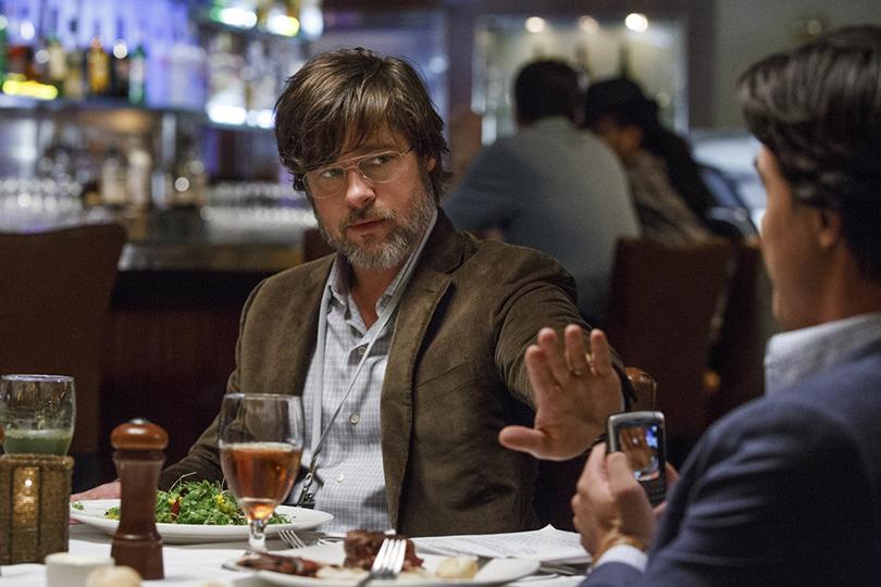 Брэду Питту в «Игре на понижение» досталась роль Бена Рикерта — задумчивого седовласого финансиста со смешной шевелюрой