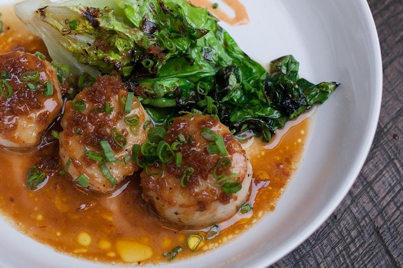 Cutfish: гребешки нагриле, зеленый салат, даси-масло, боттарга
