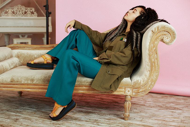 Музыка: Манижа иеедебютный Manuscipt. Интервью свосходящей звездой. Рубашка изплотной хлопковой ткани снашивками Saint Laurent, брюки извискозы иполиэстера Celine, сандалии изтекстиля накаучуковой платформе Versace