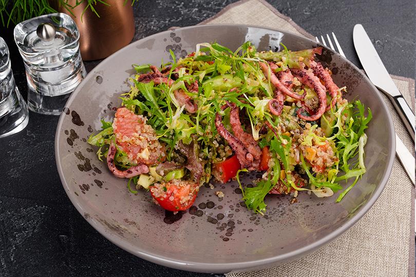 Дайджест: французское брассери, бар сосвежей рыбой ипоке идругие ресторанные открытия недели. Щупальцы кальмара с киноа и овощами
