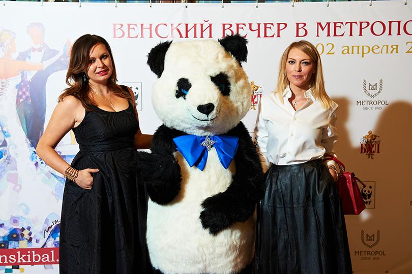 Дизайнер Светлана Амова ипродюсер Дарья Михалкова разработали необычный аксессуар— бабочку для панды, символа WWF