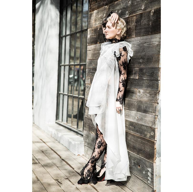 НаАлисе: гипюровый комбинезон, шелковое платье скружевом— Maison Esve, каффа избелого золота сбриллиантами, кольца изчерненого серебра сбриллиантами J-Point Jewellery, туфли Christian Louboutin