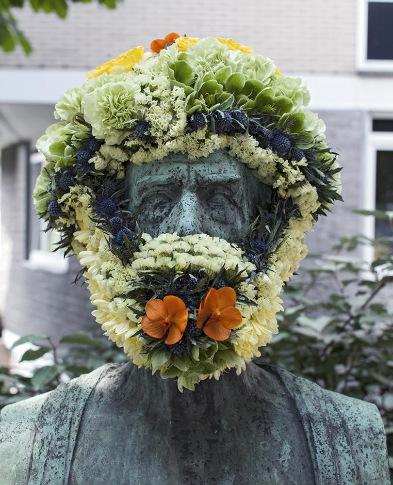 Общество: вБельгии художник Жоффруа Моттарт «отращивает» цветочные бороды историческим памятникам